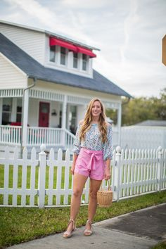1 Girl, 5 Outfits: Katie McCarty Casual Fall Outfits, Spring Outfits, Spring Shorts, Bow Shorts, Red Bodysuit, Types Of Girls, Easter Outfit, Look Cool, Simple Dresses