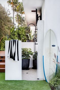 I love an outdoor shower Outdoor Bathrooms, Outdoor Rooms, Outdoor Living, Outdoor Showers, Beach Furniture Decor, Exterior Design, Interior And Exterior, Decks, Newport Beach