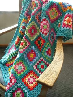 Crocheted granny squares with raise border edgings Crochet: Granny Square Blanket Granny squares.crochet granny squares - simple and pretty. I love a granny square!Crochet granny square throw that is colorful on the inside with a border in turquoise Crochet Afghans, Crochet Squares, Crochet Granny, Crochet Blanket Patterns, Crochet Cushions, Crochet Blocks, Crochet Pillow, Afghan Patterns, Square Patterns