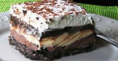 Copycat Dairy Queen Ice Cream Cake - Better than any DQ cake and its much cheaper too! The homemade fudge layer is so yummy and you can customize it with your favorite ice cream, etc. Makes a 13 X 9 pan-full of frozen goodness! Greek Sweets, Greek Desserts, Desserts Menu, Ice Cream Desserts, Frozen Desserts, Dessert Recipes, Dairy Queen, Low Calorie Cake, Cat Ice Cream