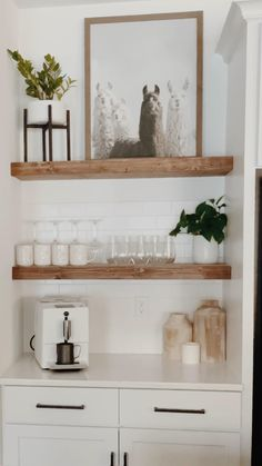 Floating Shelf Decor, Floating Shelves Kitchen, Open Shelves, Kitchen Shelf Decor, Kitchen Shelves, Kitchen Room Design, Kitchen Interior, Estilo Joanna Gaines, Malbaie