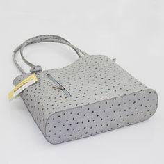 Hoyenti presenta su bolso polivalente en piel con topitos rugosos de alta calidad. Llévalo colgando de sus asas, o en forma de mochila. Aquí podemos ver el bolso tumbado y con las asas tradicionales