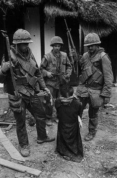 photo by Don McCullin - 1968 US soldiers with a suspected Viet Cong POW, Hue, Vietnam. German Soldiers Ww2, German Army, American Soldiers, Military Photos, Military History, Germany Ww2, War Photography, Hiroshima, Vietnam War