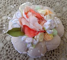Puntaspilli  decorato, fiori di nastro, regalo  insolino, ricamo con nastro