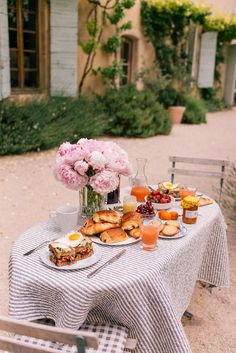 I think I would be on the top of the world having breakfast this way everyday. Gal Meets Glam Provence House - Villa St Saturnin via Haven In Food Porn, Masterchef, Al Fresco Dining, Breakfast Time, Aesthetic Food, Fine Dining, Afternoon Tea, Provence, Barbecue