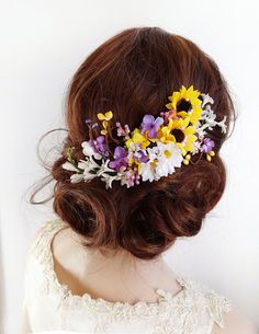Perfect for a country wedding or special occasion: a romantic floral hairpiece combining sunflowers, daisies, and jasmine blossoms. Pearl accents throughout. Nestle it along the graceful curve of your updo, or wear above a veil!  – SIZE: approximately 6 long – COLORS: yellow, lilac, white, green – ATTACHES: with a metal hair clip – MADE TO ORDER, ships in 1-2 weeks. Rush service also available.  –––– SHIPPING / POLICIES –––– I ship world-wide. All items are carefully made to order, and a...