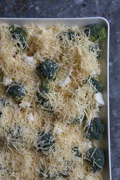 Kahden kaalin juustoinen gratiini – Tyrniä ja tyrskyjä   Meillä kotona Coconut Flakes, How To Dry Basil, Spices, Keto, Herbs, Food, Spice, Essen, Herb