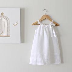 Kleinkind Mädchen weiße Bettwäsche und Spitze Kleid-Baby Taufe