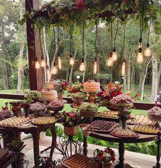 Pra lembrar do último fim de semana, que tal a mesa de doces da Melanie e do Felipe?  #casamentonocampo #weddingflowers #weddingdecor #decor