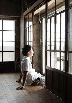 <p>マンションの一室に「縁側」。古い和建具を窓辺に取り付けて作った至極の和みスペース。</p>