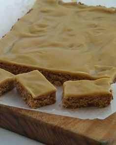 Takaka Oaty Ginger Crunch Wholemeal Cafe Takaka Ingredients 150 g butter 2 tablespoons golden syrup cup brown sugar cup coconut 1 cups rolled oats cup flour 1 teaspoons baking powder 1 teaspoons grou. Baking Recipes, Cake Recipes, Dessert Recipes, Kiwi Recipes, Juicer Recipes, Crunch Recipe, Ginger Slice, Biscuit Recipe, Tray Bakes