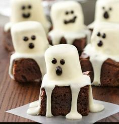 Satisfy your sweet tooth with these spooktacular halloween desserts. From cookies and cakes to brownies and bark, there are over a hundred spooky dessert ideas to choose from! These halloween recipes are perfect for costume Halloween Desserts, Hallowen Food, Dulces Halloween, Bolo Halloween, Halloween Torte, Postres Halloween, Halloween Brownies, Halloween Goodies, Halloween Food For Party