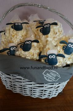 Shaun the sheep popcorn treats - Diy Geburtstag Basteln Farm Birthday, Toy Story Birthday, Toy Story Party, Birthday Lunch, Petting Zoo Birthday Party, Toy Story Food, Dragon Birthday, Birthday Parties, Healthy Birthday