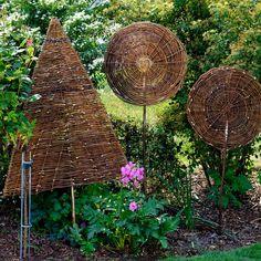 Diese handgearbeiteten Weidenbäumchen in Laubbaum Optik sehen toll aus und sind zudem als ausgefallener Sichtschutz überall im Garten einzusetzen. Die Weidenruten der Sichtschutz-Bäumchen sind direkt konzentrisch geflochten und direkt am...