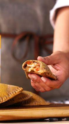 Esse pastel de forno com recheio de pizza é feito com aveia e super fácil de preparar.