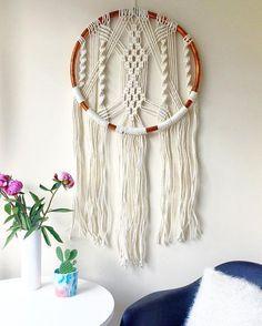 Macrame hoepel muur hangen.  Gemaakt met katoen koord-touw en koperen pijp hoepel.  Hoepel maatregelen 50cm doorsnede.  Slechts één beschikbaar.