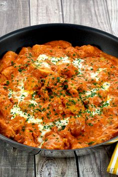 Easy homemade chicken tikka masala recipe, one of the most famous Indian cuisine recipes, chicken tikka masala is creamy, spicy and so flavorful! Poulet Tikka Masala, Easy Chicken Tikka Masala, Tikka Masala Sauce, Slow Cooker Chili, Healthy Slow Cooker, Masala Recipe, Cooking Recipes, Healthy Recipes, Dinner Ideas