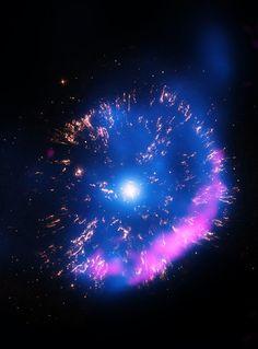Una 'mini' Supernova: GK Persei è lo splendido soggetto di questa immagine catturata dal Chandra X-ray Observatory della NASA. Studiare l'evoluzione di esplosioni di questo genere può aiutare astronomi e astrofisici a ricostruire l'ambiente in cui si è verificato il fenomeno.