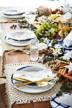 A stylish Australian Christmas is possible - it's all about making the most of what's in season. Here's how to create an Australian Christmas table setting. Aussie Christmas, Australian Christmas, Summer Christmas, Christmas Trends, Christmas Home, Xmas, Red And Gold Christmas Tree, Natural Christmas, Christmas Candles
