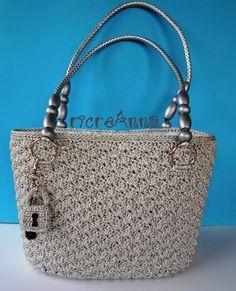 borsa all'uncinetto cotone lurex crochet bag Crochet Handbags, Crochet Purses, Crochet Designs, Crochet Patterns, Handbag Patterns, Crochet World, Types Of Bag, Vintage Crochet, Shoulder Handbags