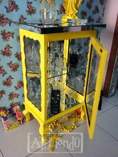 Ateliando - Customização de móveis antigos  Em madeira maciça laqueada de amarelo brilhante.