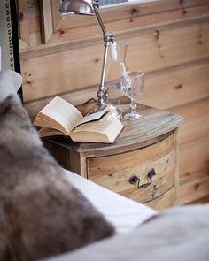 Un espacio ideal para desconectar. Buenas noches!  #interiorstyling #interiors #interiordesign #interiorinspiration #decorinspiration #decor #bedroom #home #homeinspo #wood #countrystyle #relax #cosy #descansar #desconectar #mesita #madera #tirador #asa #rincones #decoracion #detalles #casa #habitacion #homedecor #knobsandpulls #rustic #arcon #buenasnoches #goodnight by arcon.ig