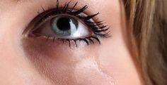 Sollten die Augen tränen, hat das nicht immer mit trauriger Stimmung zu tun. Trockene Augen, seltenes Blinzeln und zu wenig Tränenflüssigkeit sind die häufigsten Gründe, warum wir unfreiwillig zu weinen beginnen.