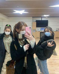 Kpop Girl Groups, Korean Girl Groups, Kpop Girls, Korean Best Friends, Chuu Loona, Girl Friendship, Aesthetic Indie, Cute Girl Face, Indie Kids