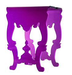A mesa de apoio Ligero, mistura o desenho inspirado no Barroco e técnicas modernas. Feita de acrílico com corte a laser é produzida pela Nada se Leva