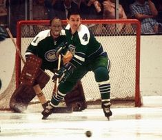 Defenceman Wayne Muloin, Charlie Hodge in net for the Oakland Seals. Women's Hockey, Hockey Games, Hockey Players, Goalie Mask, Oakland California, Vancouver Canucks, Sports Pictures, Nhl, Baseball Cards