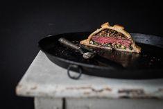 mini tricky beef wellington: rinderfiletsteak im blätterteig, dazu balsamico-champignon-ragout, blattspinat mit gorgonzola und…