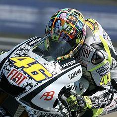 AGV-GP-Tech-Valentino-Rossi-Faces-Replica-Helmet-on-Rossi-Med.jpg (300×300)