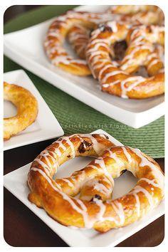Buttery Soft Glazed Raisin Pretzels from Potter (Sprinkled With Flour) (soft pretzels recipe) Snack Recipes, Dessert Recipes, Cooking Recipes, Snacks, Bread Recipes, Cooking Bread, Bread Baking, Soft Pretzels, Cinnamon Pretzels
