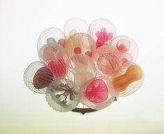 アメリカ、マサチューセッツを拠点に活動する日本人アーティストの楠本真理子さんは、独創的なジュエリー作品を発表し、注目を集めています。・意外な素材でサンゴを表現☆ポリエステル素材を加熱...