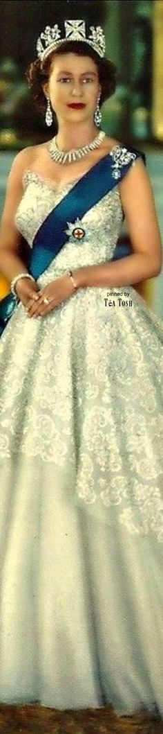 ❇Téa Tosh❇ Queen Elizabeth II. She looks simply divine in this ensemble