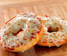3 Weeks of Cheap Dinners, ready in under 15 minutes. To keep from eating out.we eat these pizza bagels all the time. So easy, yummy, quick. Think Food, I Love Food, Food For Thought, Good Food, Yummy Food, Tasty, Delicious Recipes, Marinara Sauce, Gastronomia