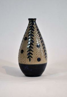 ¤ PRIMAVERA  Vase piriforme en grès émaillé à décor d'une antilope et feuillage bleu sur un fond gris. Signé Primavera France. Hauteur : 26 cm