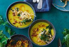 Curry-Sellerie-Suppe mit Mandeln und Selleriestroh