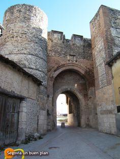 Arco de San Basilio en Cuéllar. Estilo mudéjar del Siglo XIII. Es una de las entradas más importantes a la Villa.