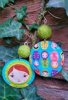 Boucles d'oreille - capsules aplaties - matriochkas - perles de laine feutrée vertes : Boucles d'oreille par fifille-brin-d-acier