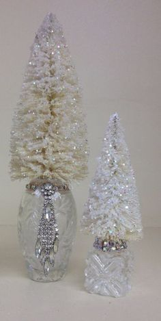 iridescent antique bottle with pearls, glitter and poem inside and Miniature cut glass salt shaker with glitter tree Noel Christmas, Homemade Christmas, Christmas Bulbs, Christmas Booth, Jeweled Christmas Trees, White Christmas, Christmas Wreaths, Christmas Centerpieces, Xmas Decorations