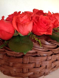Buttercream chocolate weave basket cake with natural flowers by Arte amor y sabor reposteria