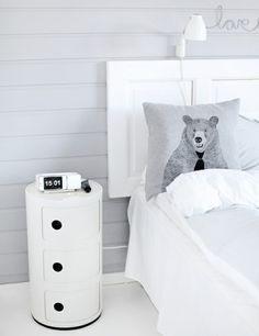 modernes weißes Schlaftzimmer aus Tür