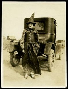 Vintage photo of lady dressed as a Halloween Witch. Retro Halloween, Halloween Fotos, Holidays Halloween, Halloween Decorations, Halloween Witches, Halloween Prints, Happy Halloween, Halloween Costumes, Vintage Witch Photos