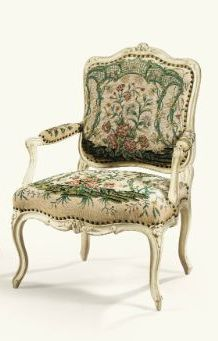 DEUX FAUTEUILS À DOSSIER PLAT FORMANT PAIRE EN BOIS LAQUÉ BLANC D'ÉPOQUE LOUIS XV, sculptés de fleurettes ; recouverts de broderie au petit point à décor floral polychrome, Haut. 95 cm, Height 37 1/3 in / sotheby's
