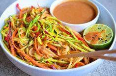 Nudle s arašídovou omáčkou #noodles #vegan #peanutcream #plantbased #veggies #ricenoodles #zucchininoodles #vegetable #whatveganseat #veganfoodshare #veganfoodporn #starchsolution #mcdougall #lime #rawtillwhenever #highcarb #highcarbvegan #hclf