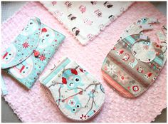 4 Tutoriales de accesorios para bebé: toallas de eructar, baberos, cambiador y manta. Todos ellos confeccionados con tela minky y algodón. Tutorial sobre cómo envolverlos y cómo hacer un lazo perfecto con cinta de raso.