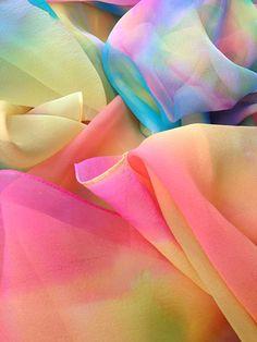 西形彩庵さんの染織作品。無造作に染料を飛ばし、それを段々と広げて行くことでシャボン玉のような色合いになる。