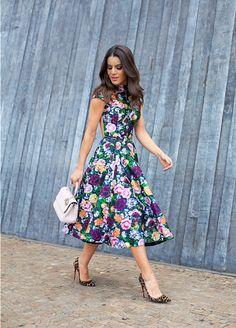 Camila Coelho de vestido floral e scarpin de oncinha Cabelos médios castanhos ondulados long bob
