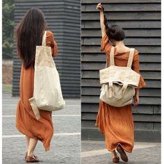 Diferente e charmosa! Uma sacola/bolsa/saco feita com tecido rústico o que inclui o linho. Pode ser carregada nas costas como se fosse mochila, no ombro ou mãos. Achei bem interessante e tam…